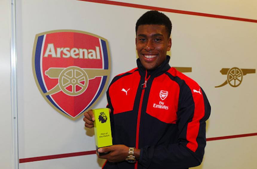 Alex Iwobi recibiendo el premio al mejor jugador del partido