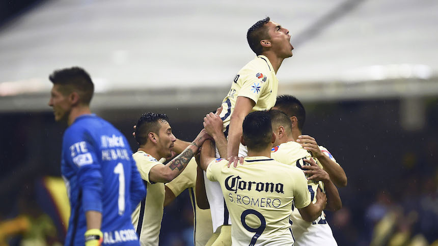 América celebrando su primer gol ante Pumas