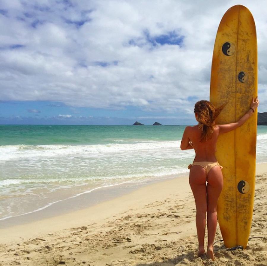 Cahterine Paiz - Foto con tabla de surf