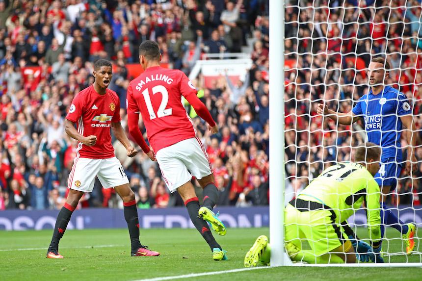 Chris Smalling marcó el primer gol del partido