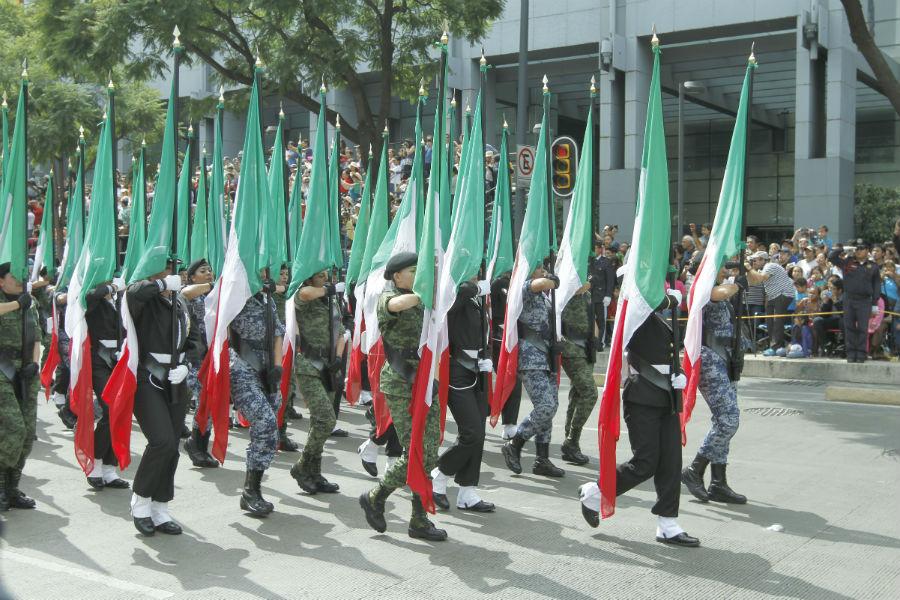desfile-militar-16-septiembre-banderas