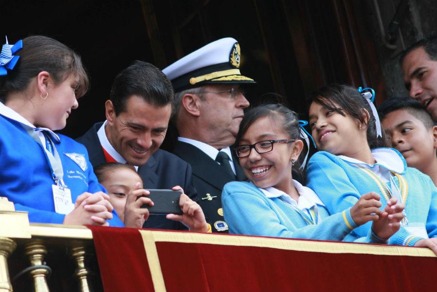 desfile-militar-16-septiembre-pena-ninos-balcon