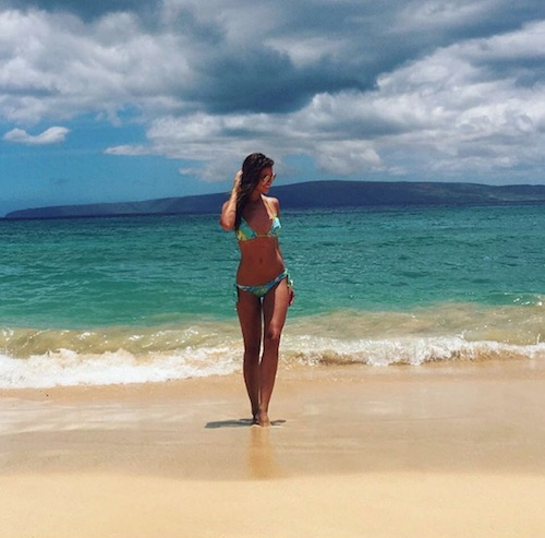 Desiré Cordero en playa con olas