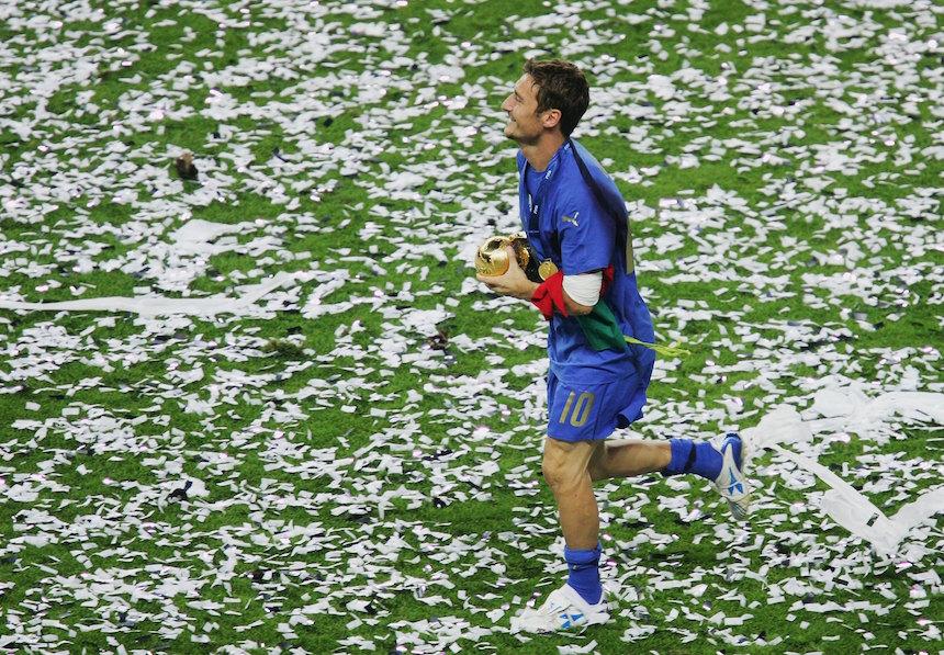 Francesco Totti camina con la copa del mundo
