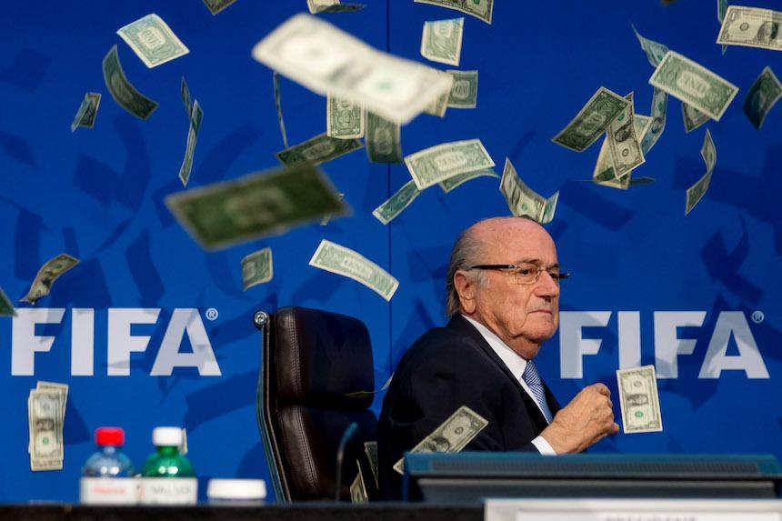 A blatter le tiraron dinero acusando de corrupción
