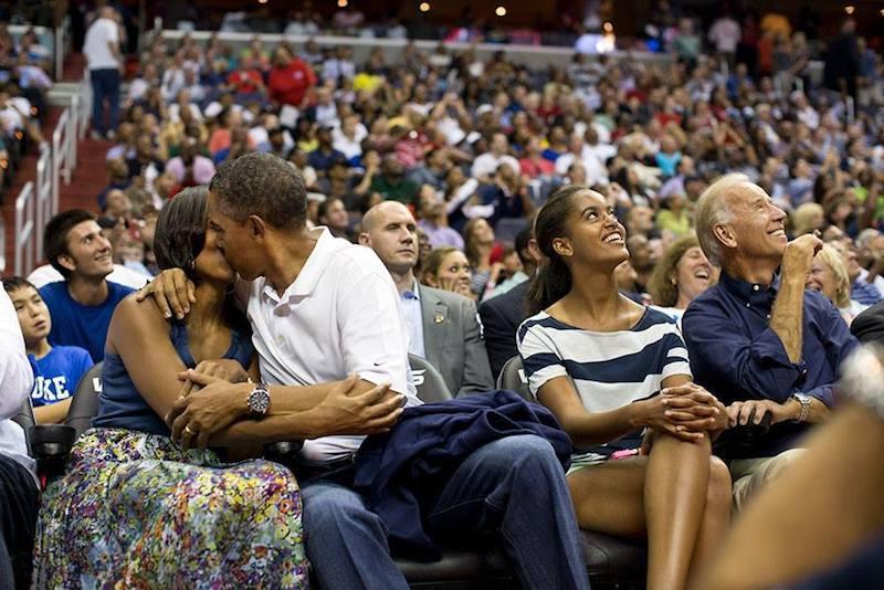Barack Obama con Michelle Obama en un partido