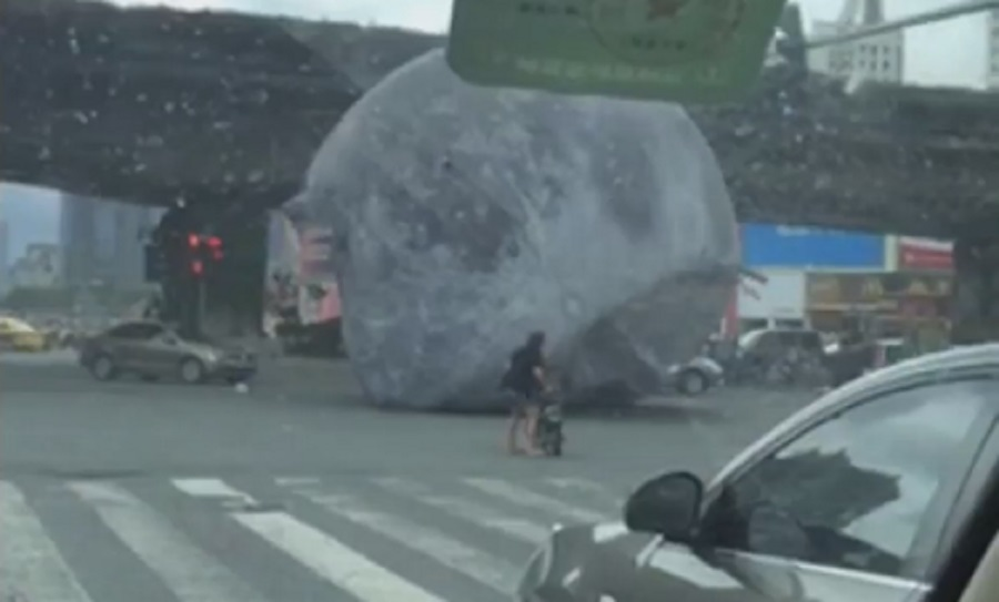 Luna gigante siembra caos en calles de China — Youtube