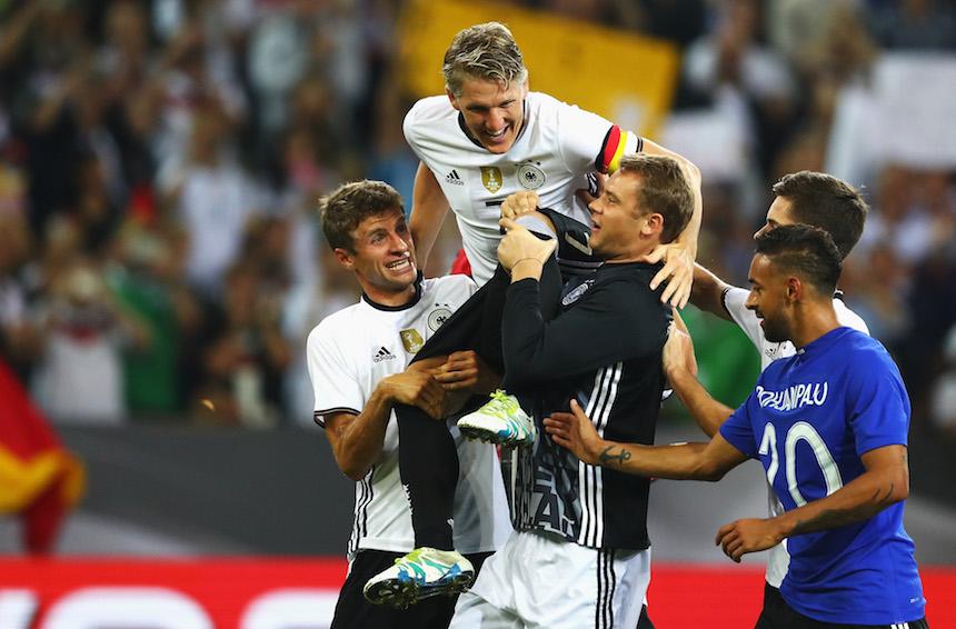 Manuel Neuer levantando en hombros a Bastian Schweinsteiger