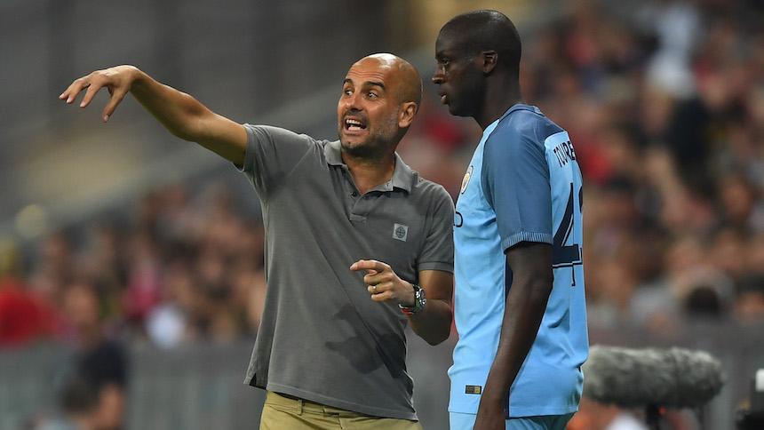 Pep Guardiola dándole indicaciones a Yaya Touré