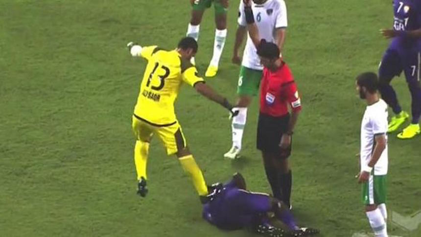 ¡Increíble agresión en la liga de los Emiratos Árabes!