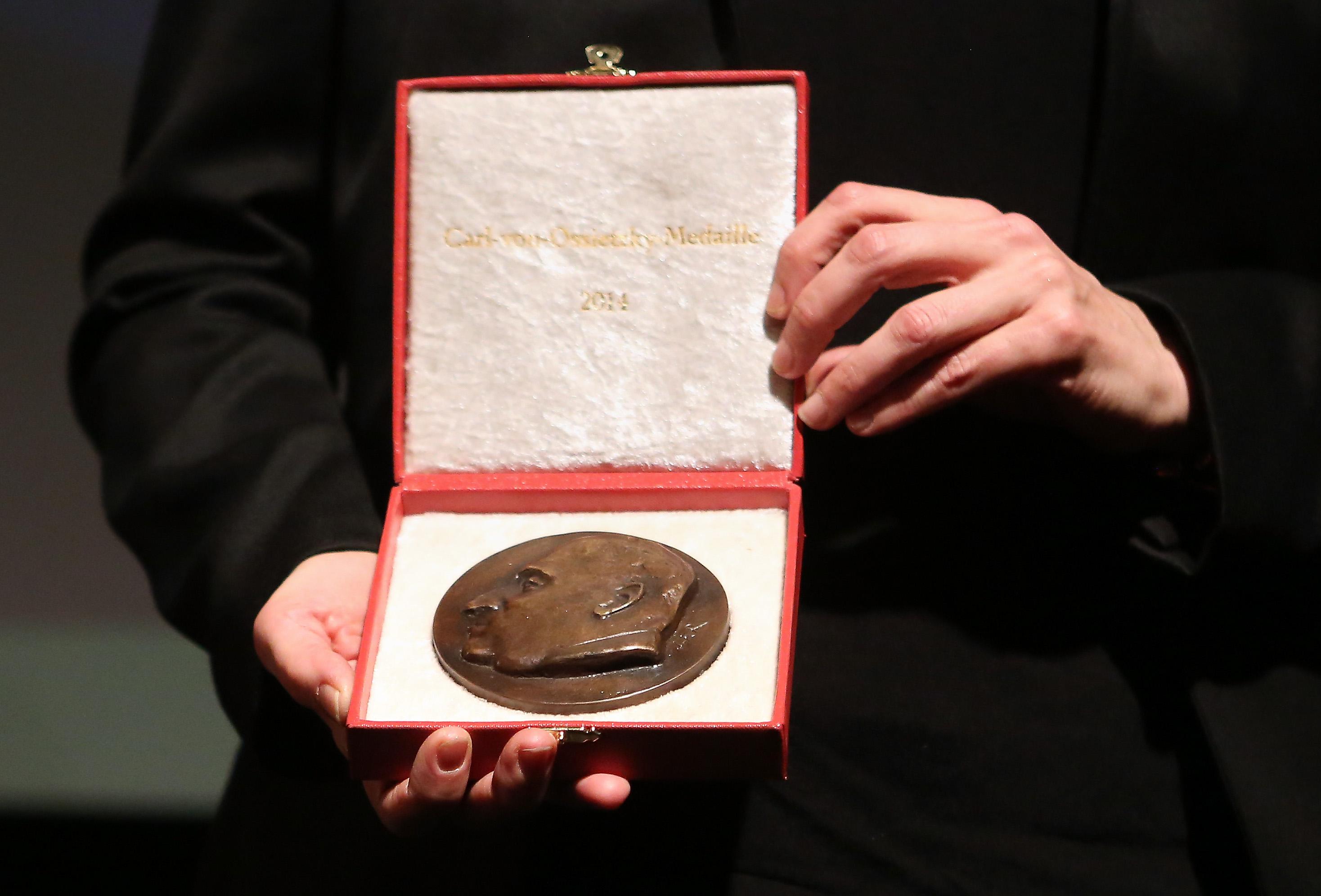 Bob Dylan rompe el silencio y piensa aceptar el Nobel de Literatura