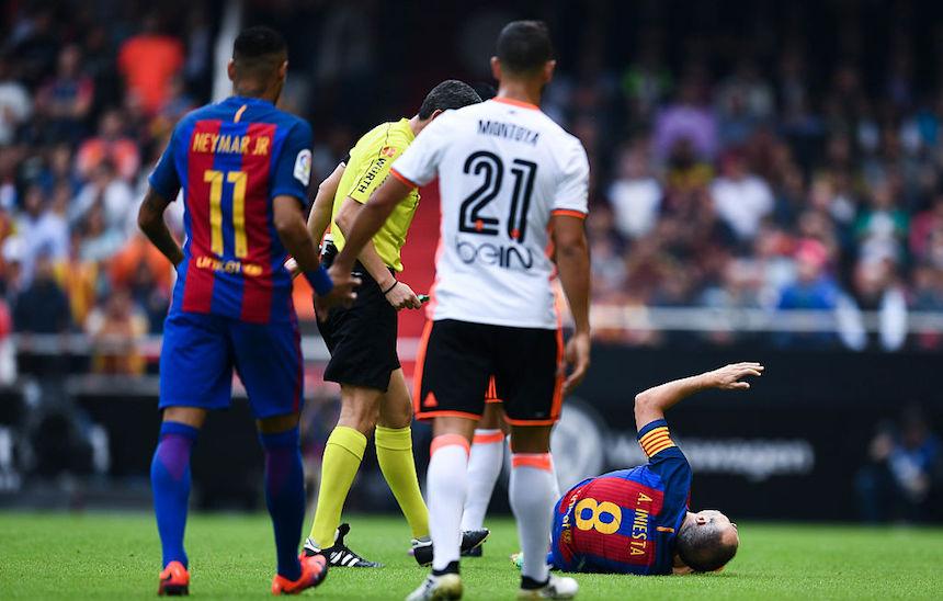 La lesión de Iniesta sería un duro golpe para el Barcelona