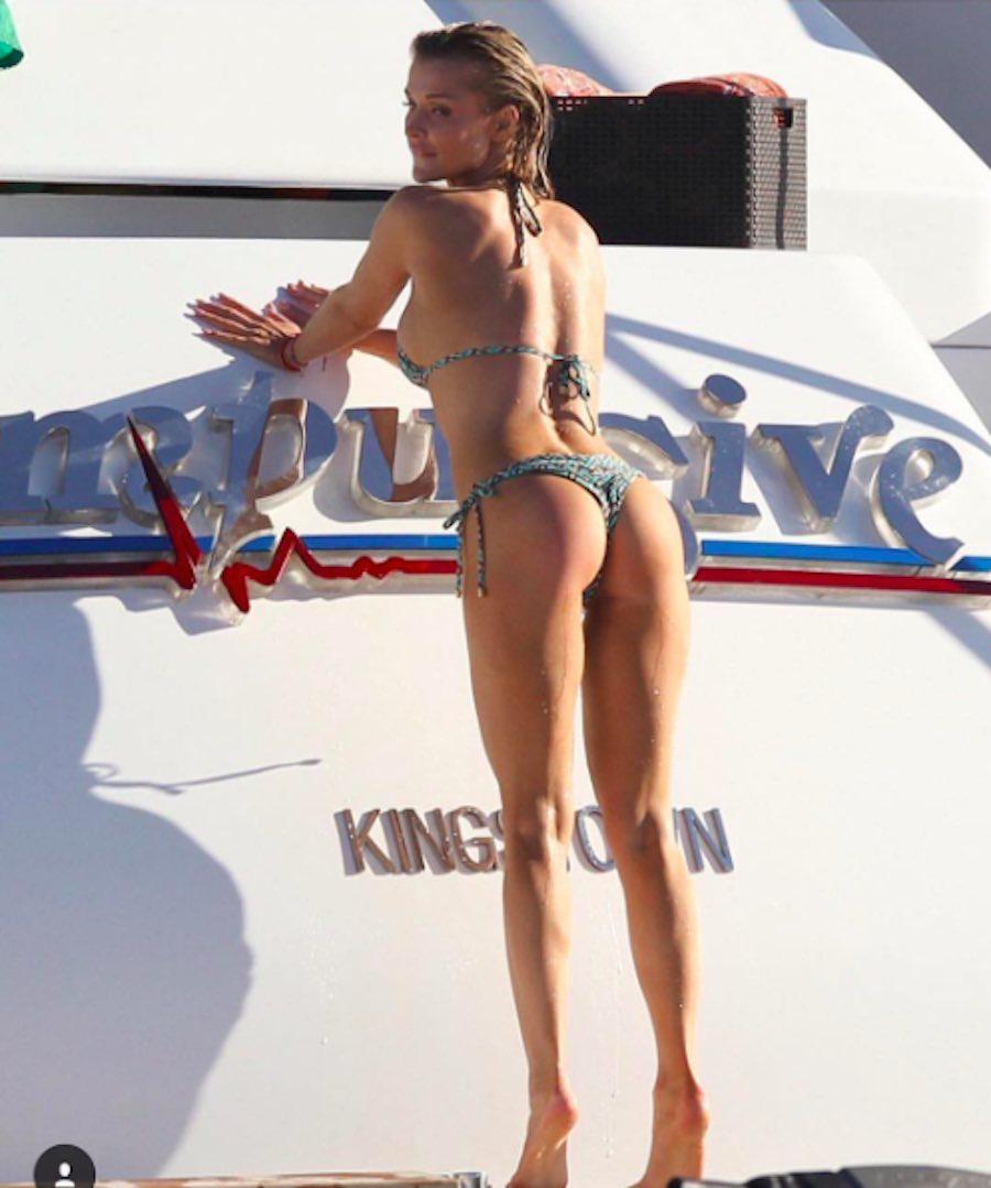 Joanna Krupa posando junto a un yate