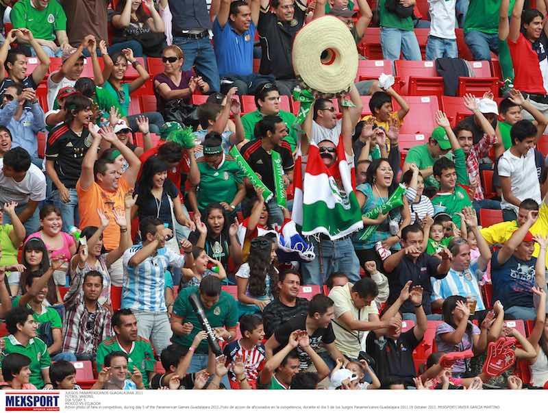 Aficionados mexicanos en estadio
