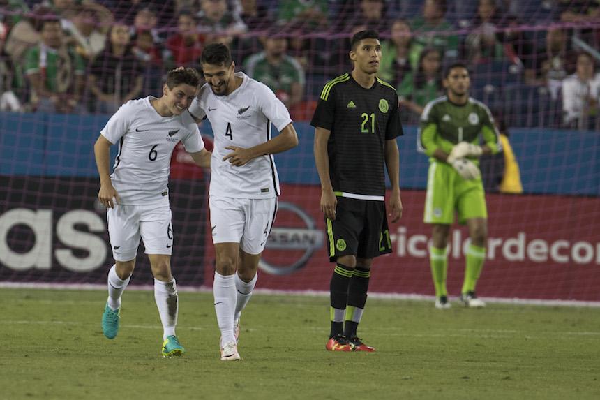 Marco Rojo celebrando su con ante México