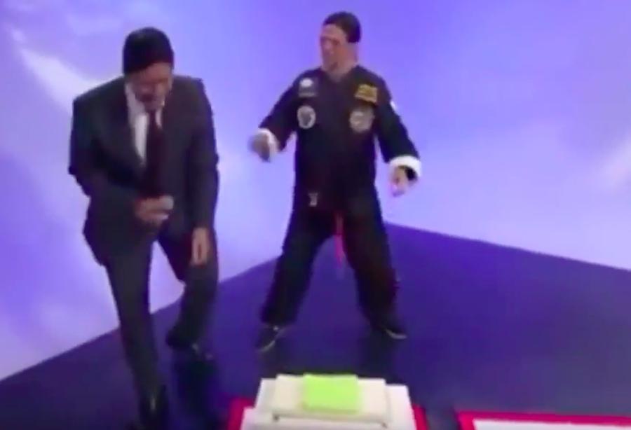 Conductor de TV riéndose de farsante