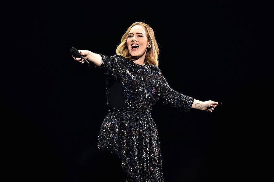 Adele le canta las mañanitas a una fan en su primer show en México