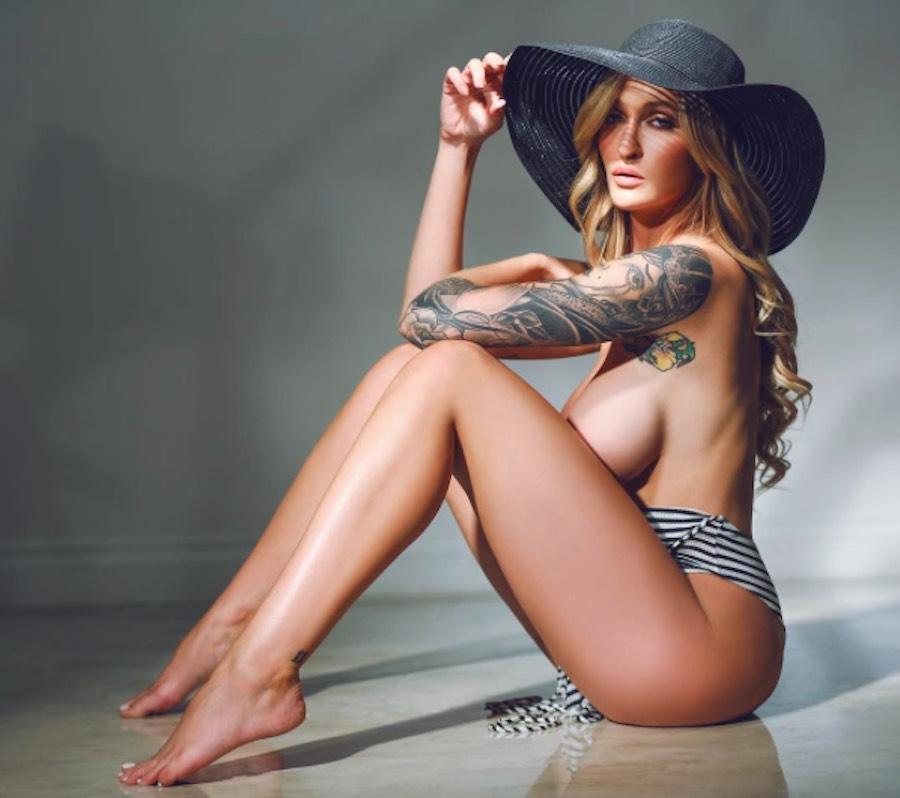 Topless candente de Alyssa Barbara