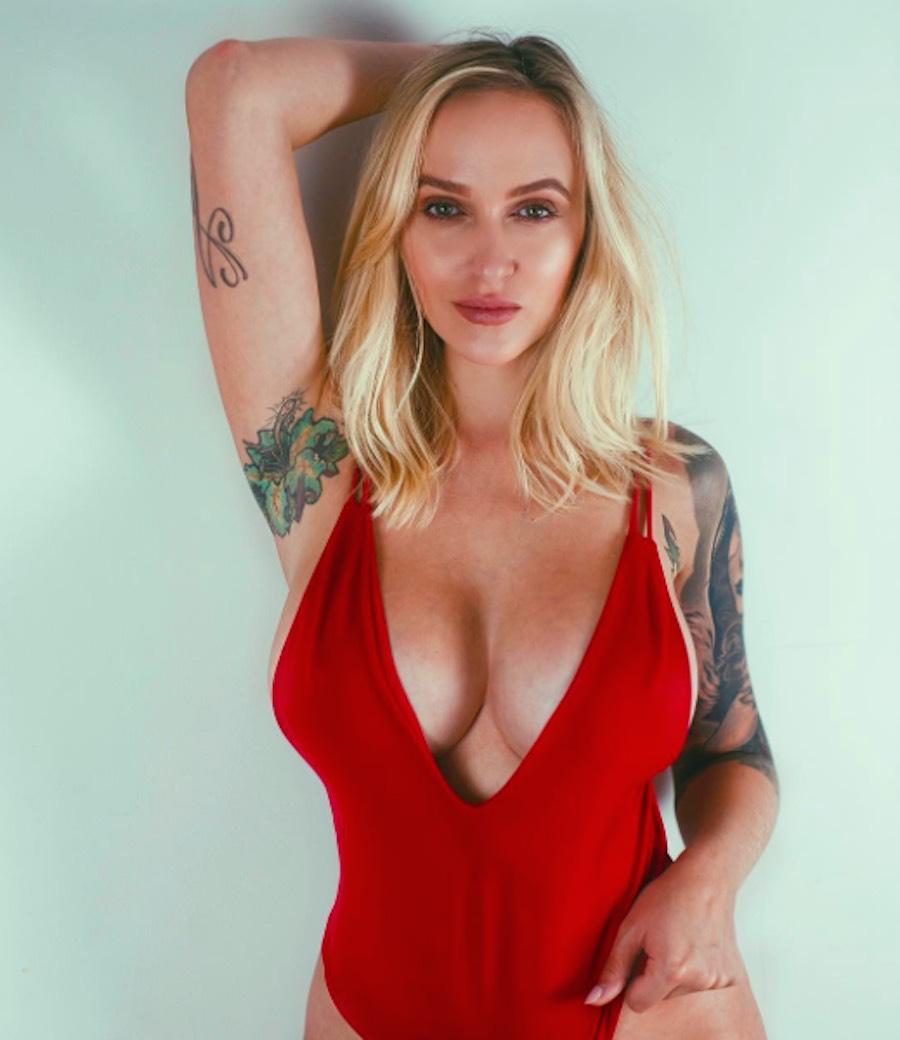 Alyssa Barbara en vestido rojo