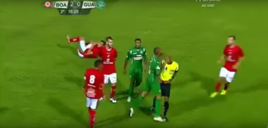 Defensor en Brasil se vuelve loco y empuja al árbitro
