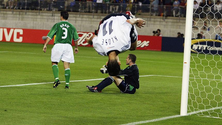 Miroslav Klose marcó su primer gol en el 2002