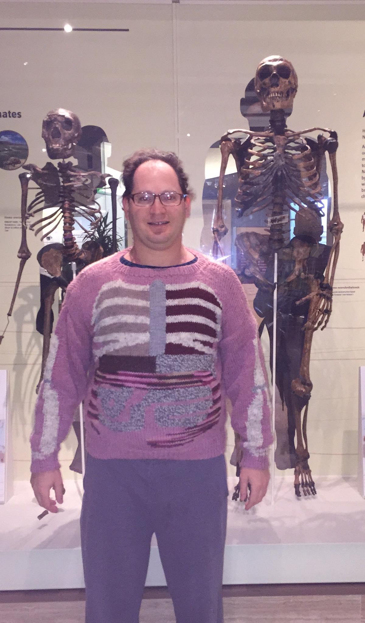 Genio teje sueteres esqueletos