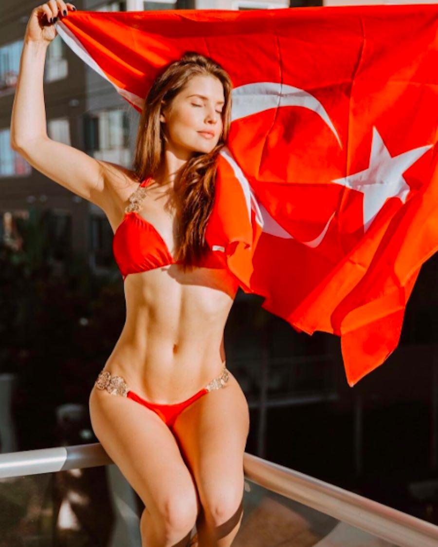 Amanda Cerny - Foto con bandera