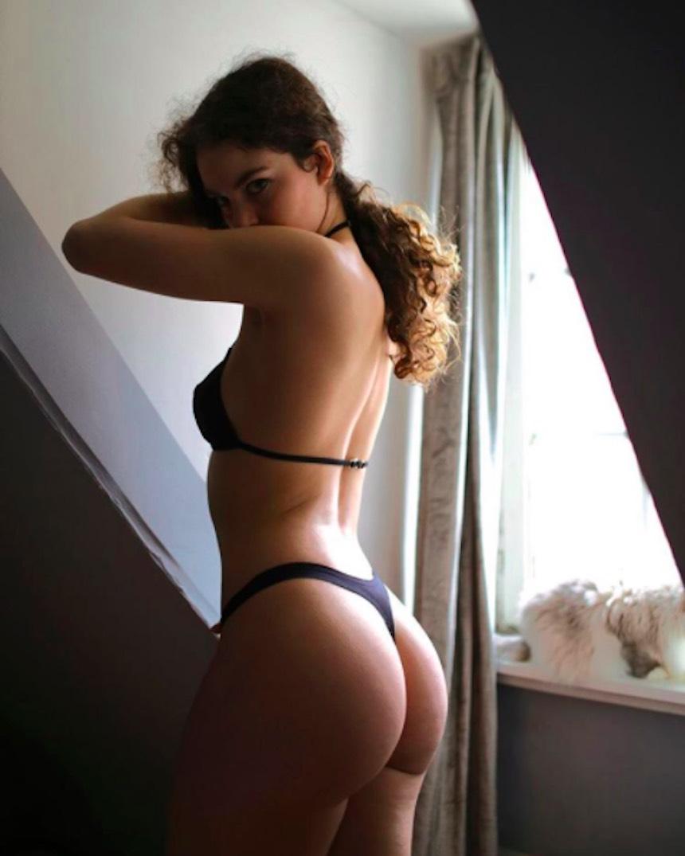 Haylie Noire en un provocativo bikini negro
