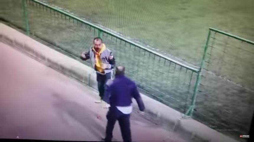 Video: aficionados se agarran a golpes en un juego del futbol español