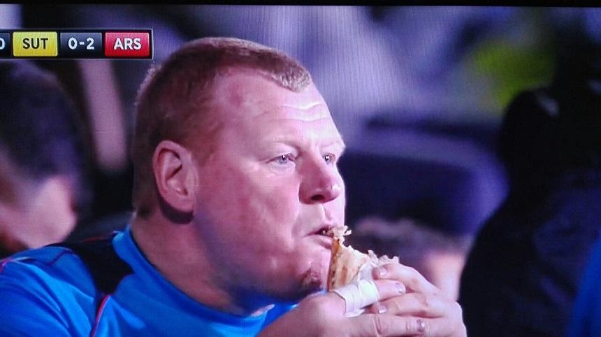 Wayne Shaw se queda sin chamba por andar comiendo a medio partido
