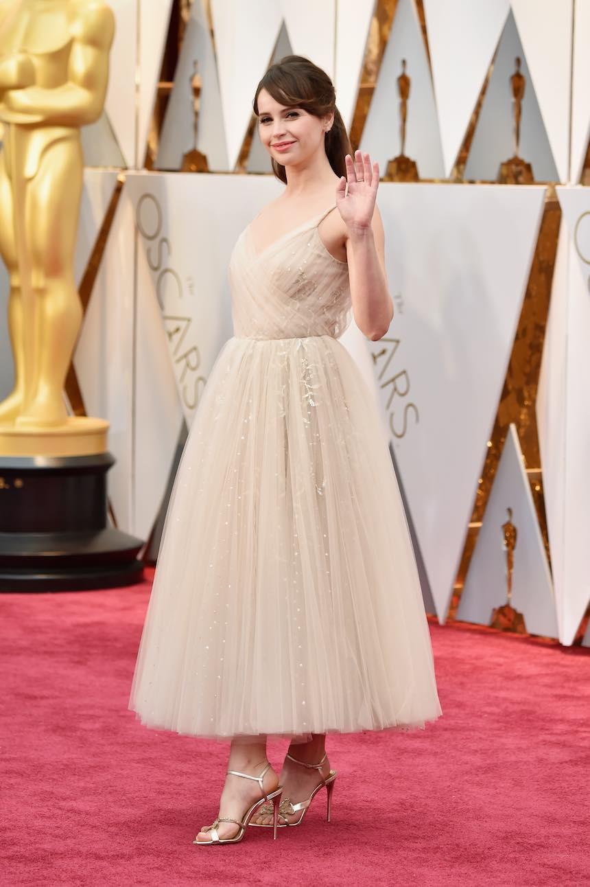 Felicity Jones en la Alfombra Roja de los Oscar