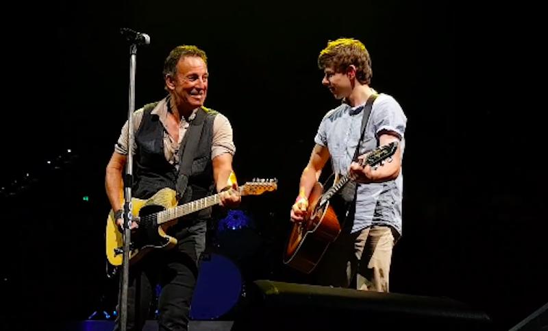 Bruce Springsteen invita a tocar a un fan como premio por faltar a clases