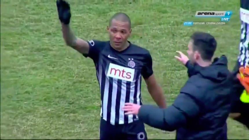Video: Everton Luiz sale llorando del campo por insultos racistas