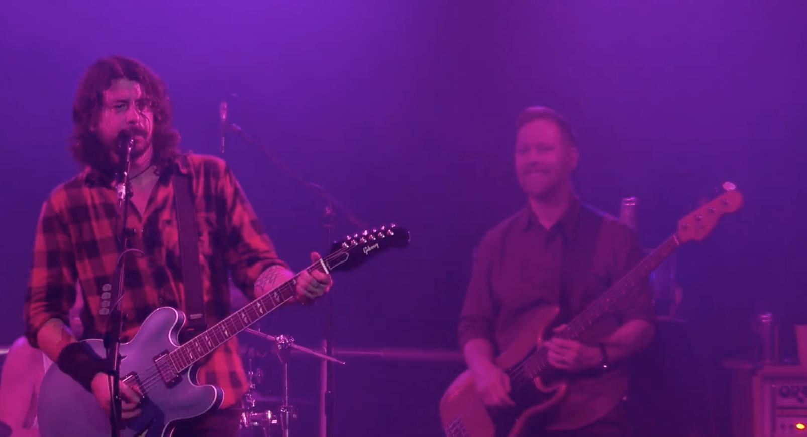 ¡Chequen a los Foo Fighters tocar en vivo desde el  Reino Unido!