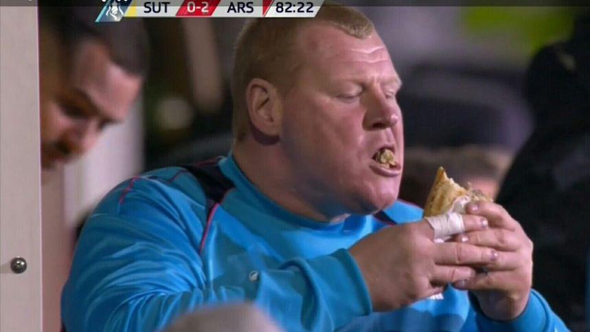 El 'rellenito' portero en el juego del Arsenal se comió la torta antes del recreo