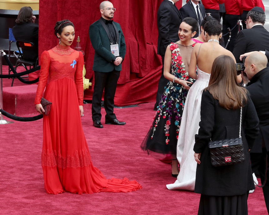 Ruth Negga en la alfombra roja de los Oscr