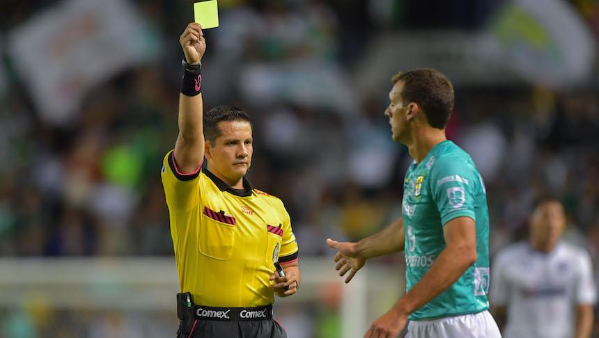 Diego Novaretti agrede al árbitro y es temporalmente suspendido