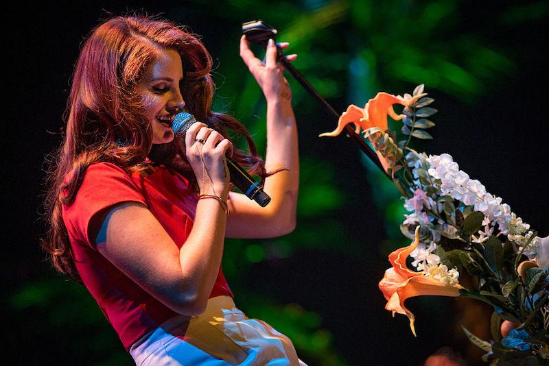 ¡Lana Del Rey enseña sus poderes mágicos para anunciar su nuevo disco!