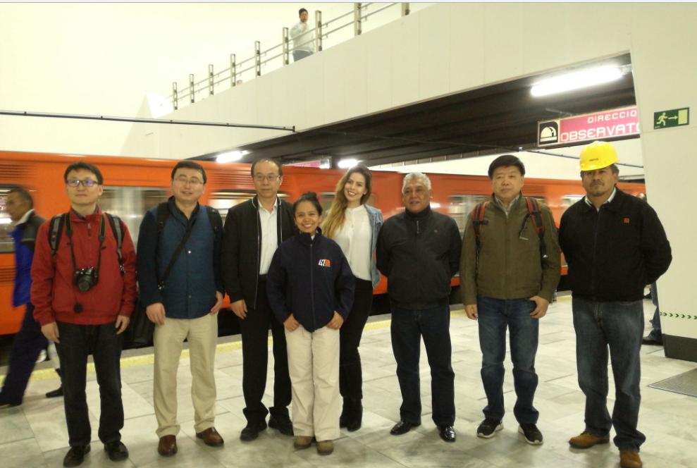 Representantes de Metro de México y de Beijing posando.