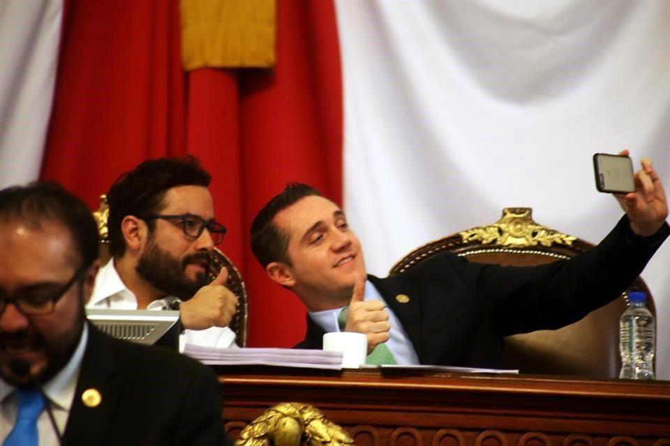 El diputado Rubalcava, tomándose una selfie
