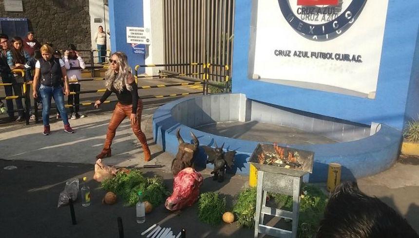 Aparece una bruja en La Noria para hacerle una limpia al Cruz Azul