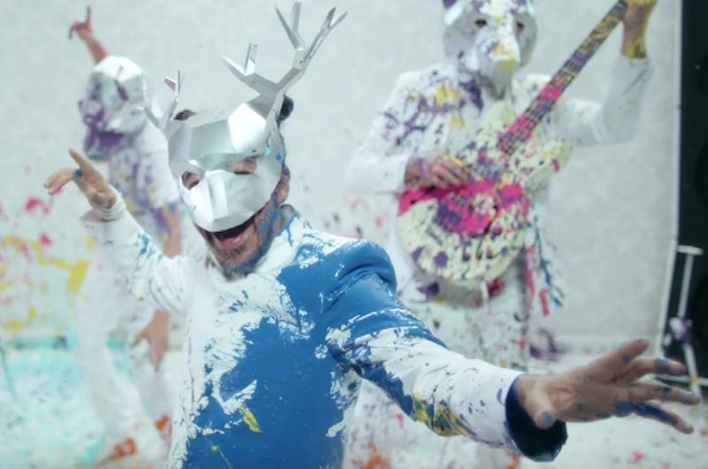 Entra a una guerra de pintura en el nuevo video de Café Tacvba