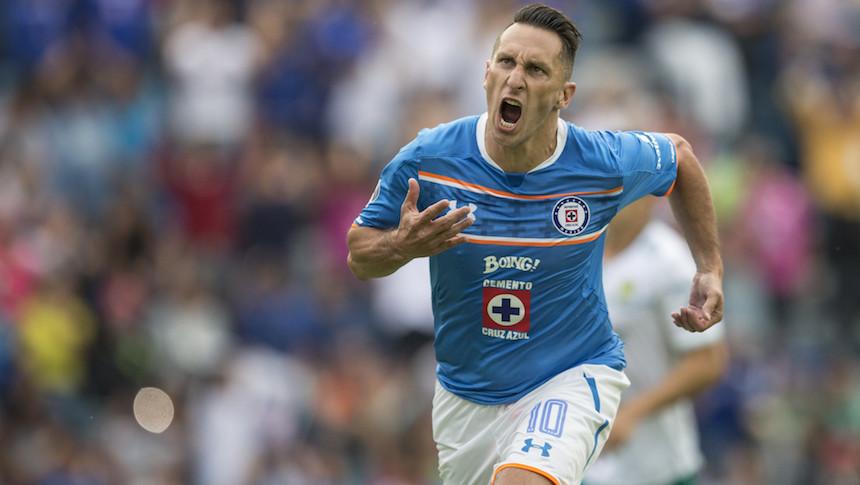 Cruz Azul no te mueras nunca: el árbitro 'tacklea' al Chaco Giménez