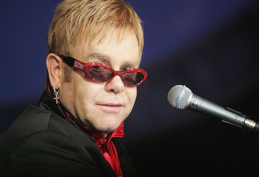 Elton John cancela varios conciertos y es hospitalizado por una bacteria