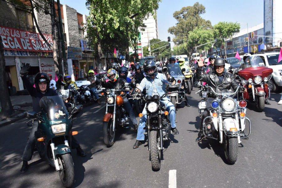 Motoclistas en rodada por la Ciudad de México