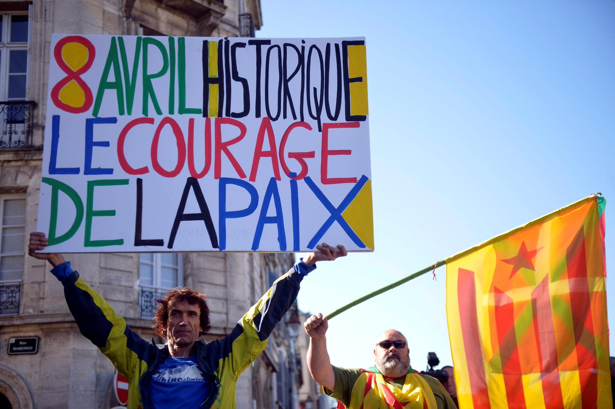 "pancarta que lee"" ocho de abril, histórico, el valor de la paz."