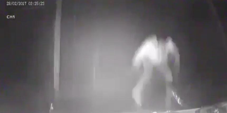Un sujeto salta de un camión