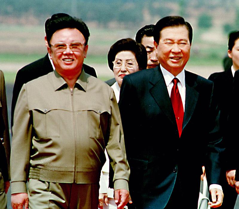 El líder de Corea del Norte Kim Jong Il (izquierda) y el Presidente de Corea del Sur, Kim Dae-jung, durante una reunión para reconciliar sus diferencias políticas en el año 2000. Foto: Getty