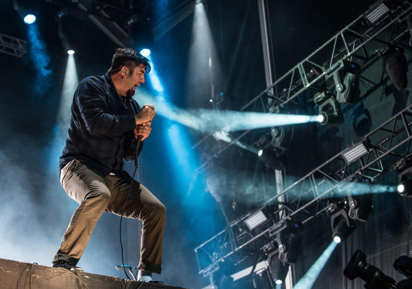 ¡Chino Moreno se rompe el pie durante un concierto y continúa cantando!