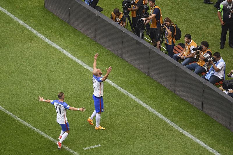 Michael Bradley festeja el gol de Estados Unidos contra México